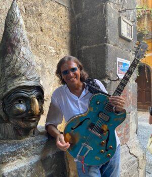 Antonio con la Gibson 175 ...e Pulcinella!